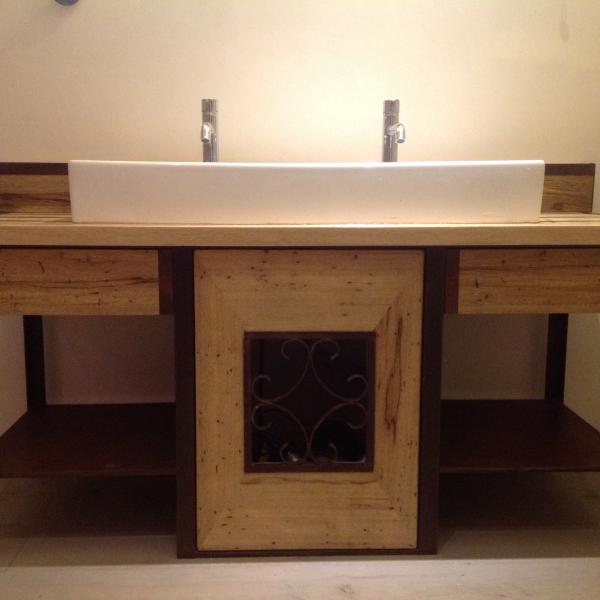 mobilier fer et bois salle de bain, réalisé par 2 bois et d'acier (ferronnerie ébénisterie dieulefit drôme)