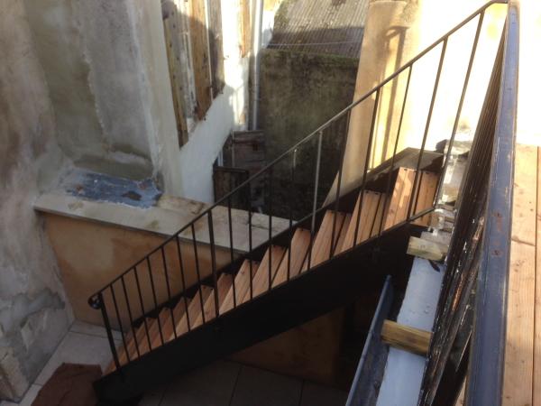 escalier droit extérieur, limon acier plat 300, marche bois en douglass, réalisé par 2 bois et d'acier (ferronnerie ébénisterie dieulefit drôme)