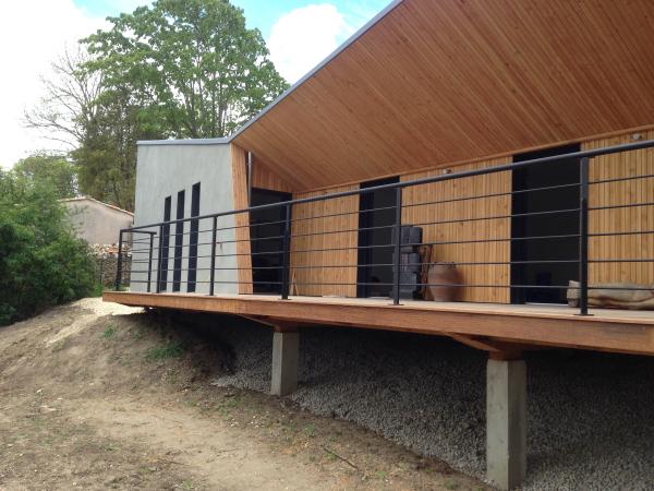 Garde-corps horizontale, finition noir mat, réalisé par 2 bois et d'acier (ferronnerie ébénisterie dieulefit drôme)