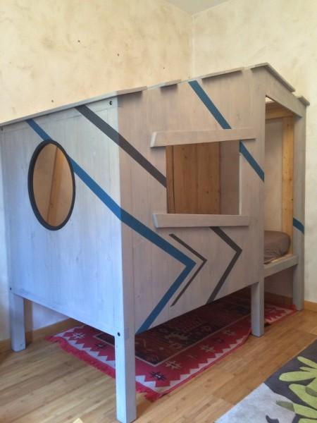 lit cabane enfant réalisé par 2 bois et d'acier ( ferronnerie ébébnistarie forge à dieulefit dans la drôme)