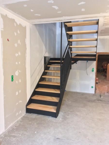 escalier 1/2 tournant bois et métal réalisé par 2 bois et d'acier (ferronnerie ebenisterie forge à dieulefit drôme)