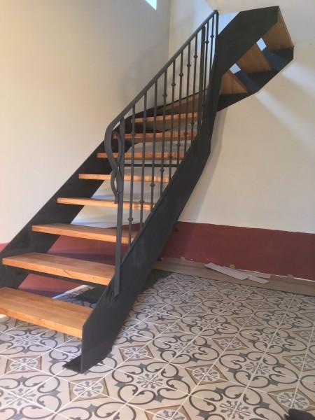 escalier 1/4 tournant bois et métal réalisé par 2 bois et d'acier (ferronnerie ebenisterie forge à dieulefit drôme)
