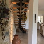 escalier limon central débillardé réalisé par 2 bois et d'acier (ferronnerie ebenisterie forge à dieulefit drôme)